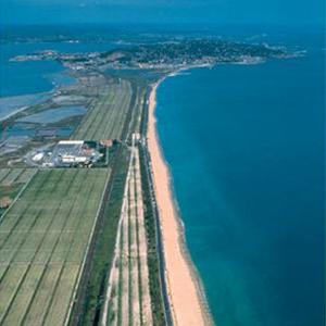 プロヴァンスの風を感じられる地中海沿岸。珍しい砂地でぶどうを生産するワイナリー。