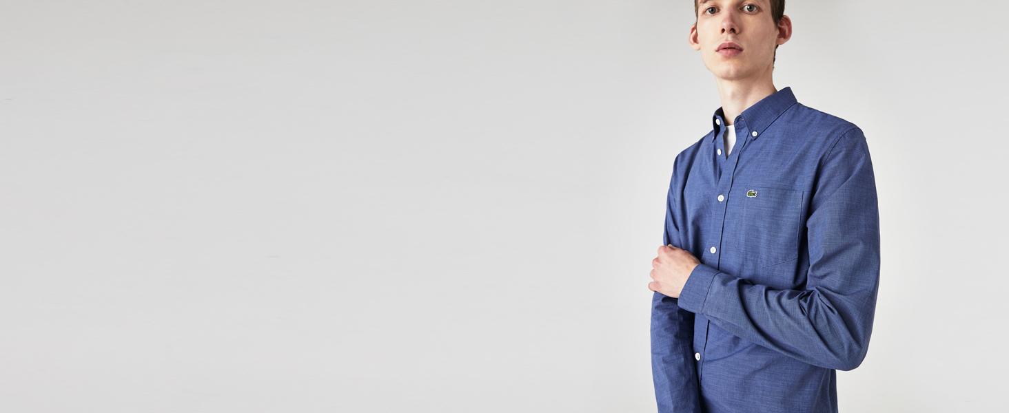 Hombre con camisa azul abotonada sobre camiseta blanca