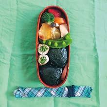 サケおにぎり、いんげんの豚肉巻き、野菜のオーブン焼き ほか