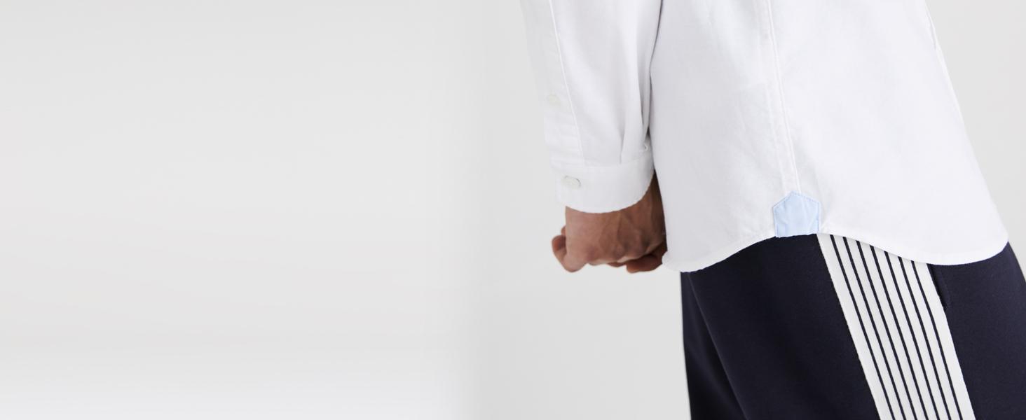Detalle de refuerzo azul cielo en camisa blanca