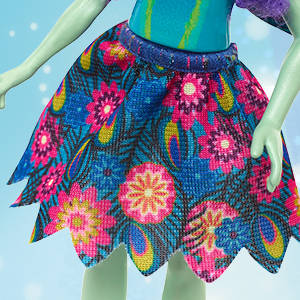 Va vestida con ropa y complementos supercoloridos que reflejan su afición por la moda