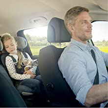 Foto de um pai e uma filha no carro, em uma viagem