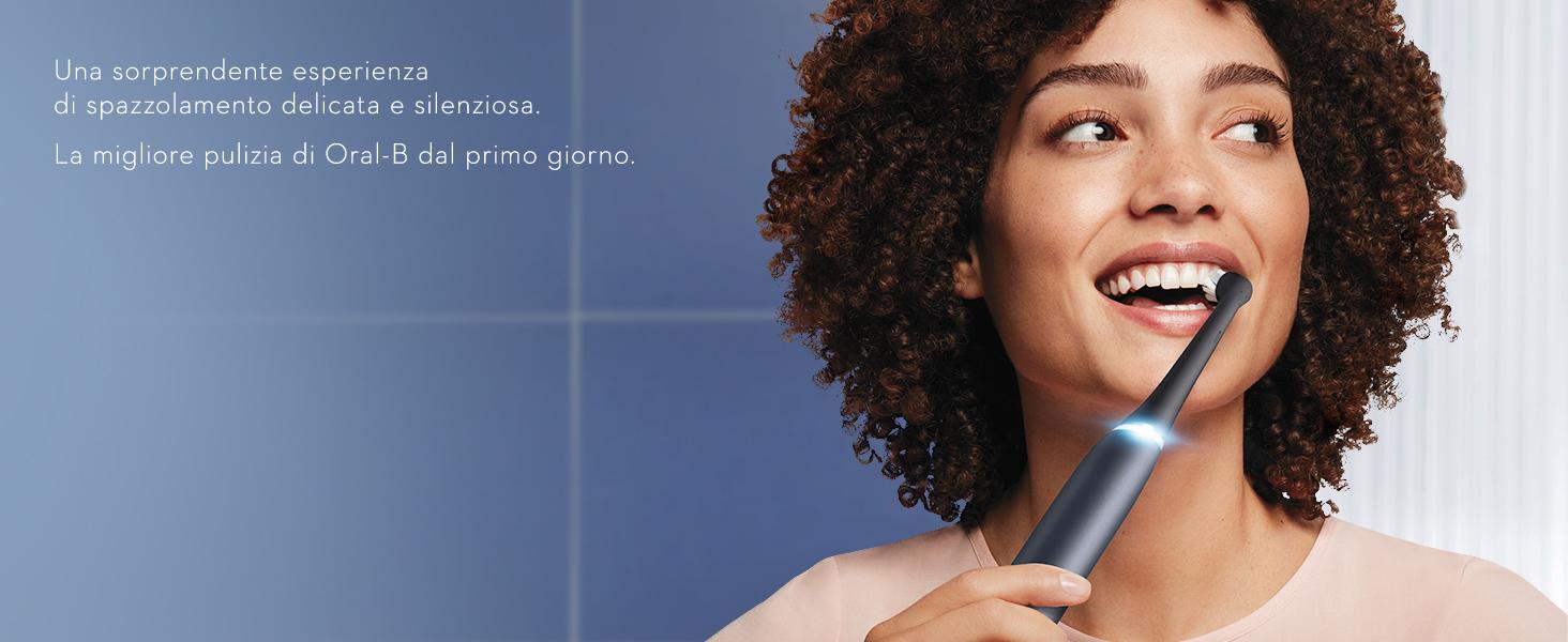 ragazza sorridente che spazzola i denti