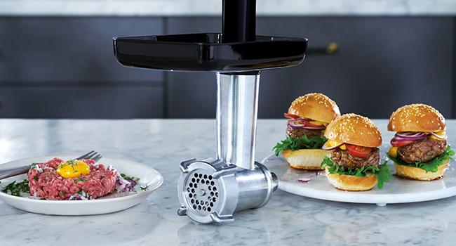 Gör dina egna färska och hemlagade hamburgare eller bifftartar med den medföljande köttkvarnen.