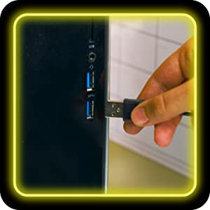Das USB-Kabel wird per Hand an den Computer gesteckt.