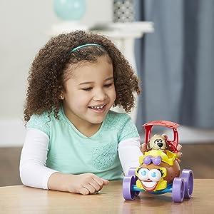 Criança se divertindo com uma criação maluca de veículo, com o MR. Potato Head
