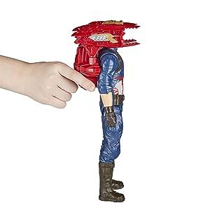Criança encaixando a mochila Titan Hero Power FX nas costas do boneco