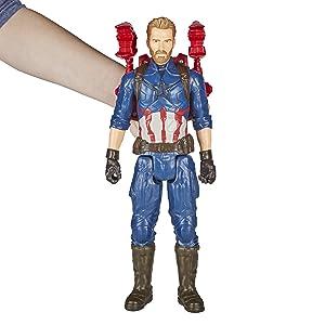 Criança segurando a figura Capitão América que está com a mochila Power FX (Não incluída)