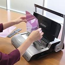 Carga vertical de documentos para facilitar la alineación de la encuadernadora Utilizando la carga vertical de documentos, el Quasar E está diseñado para alinear con precisión los punzones de cada documento que se encuaderna. Una guía de borde ajustable permite centrar los documentos con facilidad y precisión.