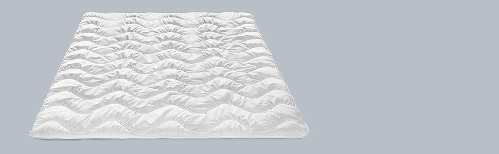 f/ür jede Jahreszeit mit kuschelig weichem Microfaserbezug in 135 x 200 cm wei/ß Traumnacht Basis Steppbett 4-Jahreszeiten