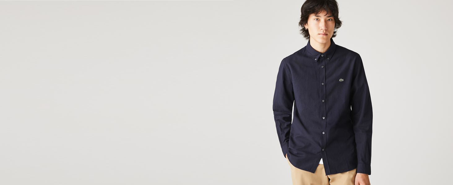 Hombre con camisa gruesa abotonada azul marino y chino beis