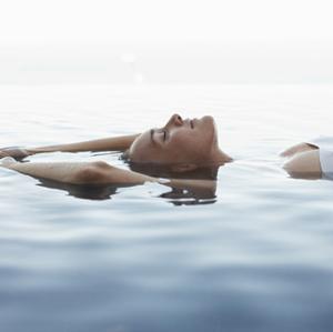 femme eau calme sérénité mer océan été paix intérieure