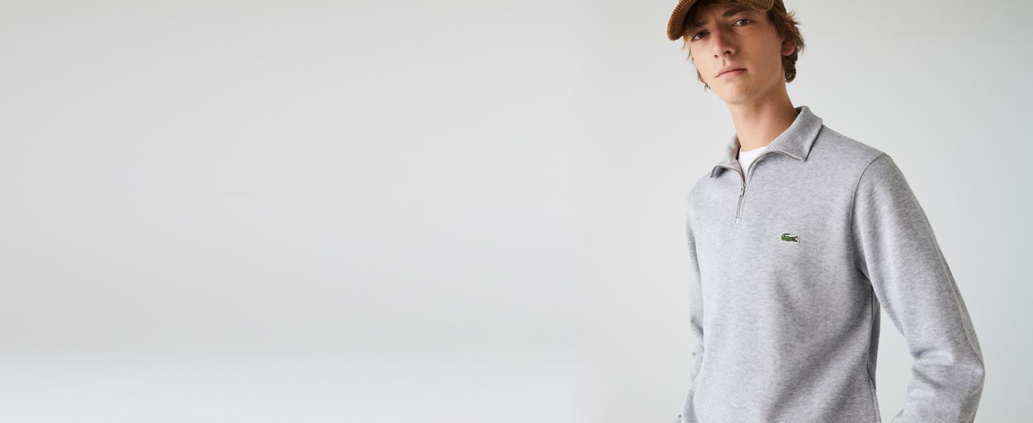 Hombre con sudadera gris de cuello con cremallera y gorra de terciopelo ocre