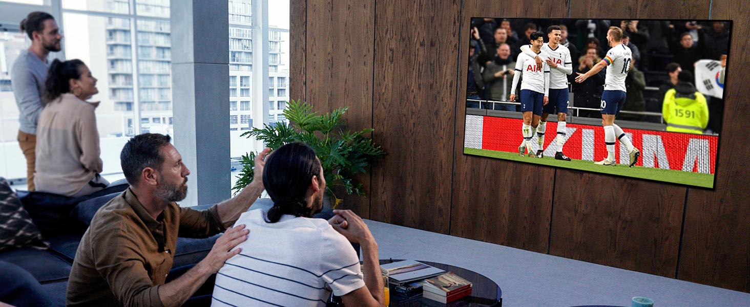 Mehrere personen schauen dank sports alert gemeinsam ein fußball-spiel auf dem lg nano-cell tv