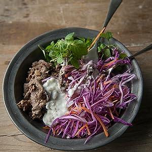 煮る、焼く、炒める 温かいおつまみ 牛肉塩麹炒めのヨーグルトソースかけサラダ
