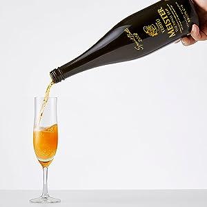乾杯の一杯を演出する シャンパンボトル採用。