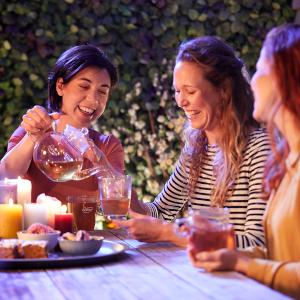 neem de tijd met pickwick thee vriendinnen drinken buiten thee