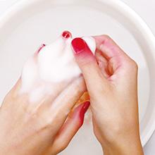 指周りにはみ出した部分は、ぬるま湯で、なでるように洗う