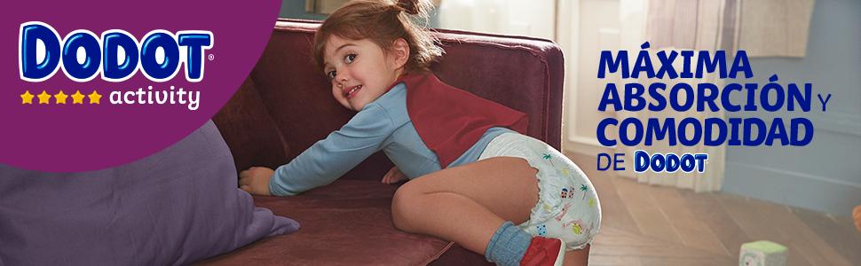 Bebé con pañal Dodot Activity, subiendo a un sofá
