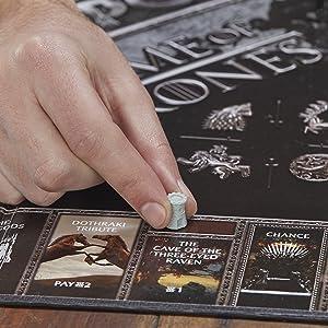 Detalhes do tabuleiro e peças temáticas da série