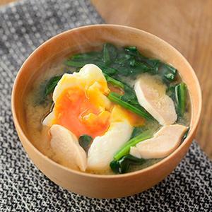 ≪おすすめレシピ≫ほうれん草とサラダチキンのポーチドエッグみそ汁