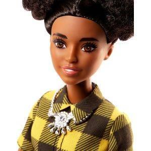 Muñeca Barbie con un vestido negro y amarillo a cuadros