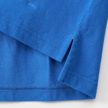 裾のサイドにはスリットが入っており、横からのルックスもすっきりと見えるデザインに
