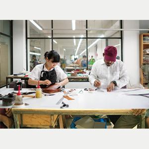 工場では常に素材と向き合い、職人たちと共に手を動かしながらデザインする。マザーハウス の商品のデザインは、すべて著者の手によるもの。