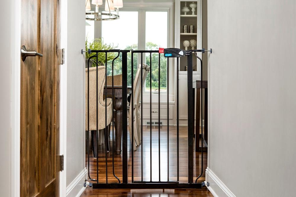 ... Tall Black Baby Gate is lightweight portable and stows flat u2013 making it easy to put in your closet before guests arrive or pack along on your next trip ... & Amazon.com : Regalo Deluxe Easy Step Extra Tall Gate Black : Indoor ...