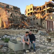 Frédéric und Jürgen Todenhöfer vor der zerstörten Universität von Mosul