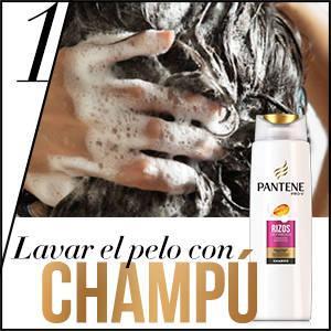 Primero, aplica el champú Pantene Pro-V Rizos Definidos sobre el pelo mojado de la raíz a las puntas hasta formar espuma. Aclara y repite si lo deseas.