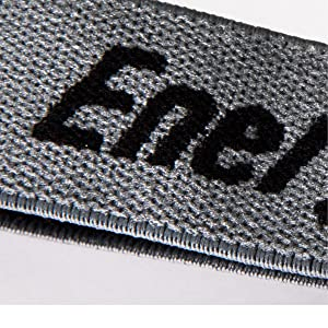 Het elastische materiaal van de grijze hoofdband is ademend en zorgt voor een comfortabel draagcomfort.