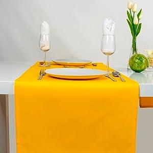Chemin de table jaune.