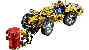 Riesige Reifen und eine Lackierung in Gelb und Schwarz.