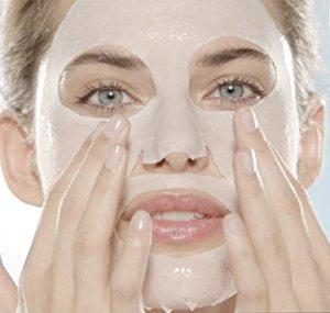 Frau mit Tuchmaske auf dem Gesicht.
