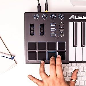 Alesis V25 - Teclado controlador USB-MIDI portátil de 25 teclas con 8 pads sensibles retroiluminadas, 4 codificadores asignables y un paquete de ...