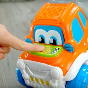 Los niños aprenderán los números, e infinidad de palabras, presionando los botones del coche.