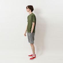 どんなボトムとも組み合わせやすくスタイリングの幅が広がるアイテム。夏の日常着として活躍間違いなし。