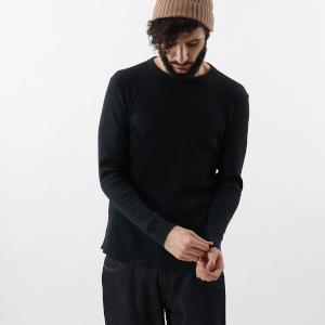 凹凸のあるワッフル状のナチュラルな生地感が心地良いロングスリーブTシャツ。シンプルなデザインながら生地に特徴があるのでこなれ感が漂う一枚です。