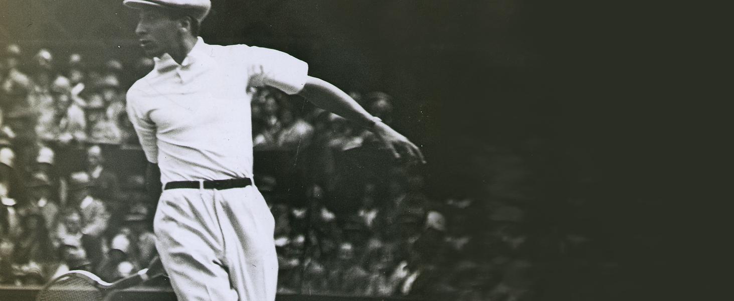 René Lacoste con un polo blanco en la pista de tenis