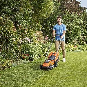 Gazon verzorgen, tuinieren, werken in de tuin, gras, weide, snijden, maaien.