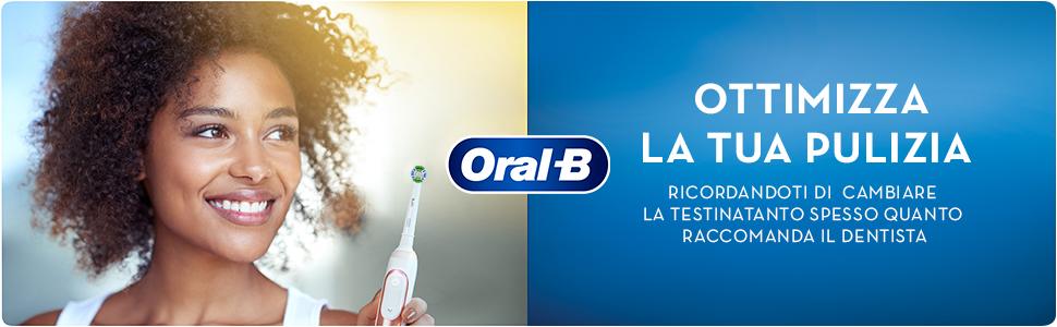 Donna con lo spazzolino mentre sorride. Indica quando cambiare la testina e ottimizzare la pulizia.
