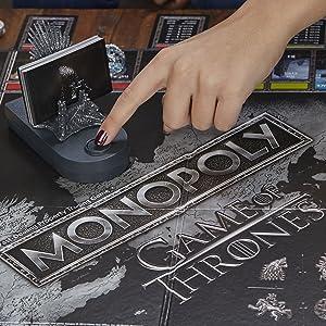 Detalhes do botão no trono de ferro, que é suporte para cartas, e faz tocar a música tema da série