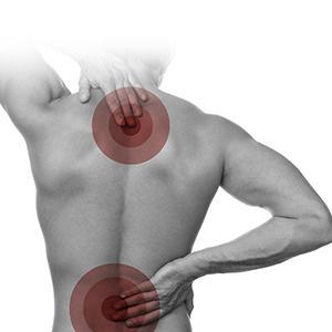 Verdeutlichung von Verspannungsschmerzen eines Mannes im Rückenbereich