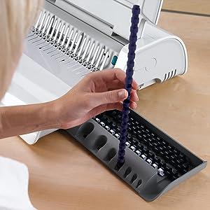 Dispositivo de medición de peine/documento Una herramienta de medición integrada, a prueba de errores, le ayuda a seleccionar el tamaño de peine adecuado para su documento. Además, puede guardar sus suministros ordenadamente almacenados y organizados dentro del Pulsar E con la bandeja de almacenamiento interna.