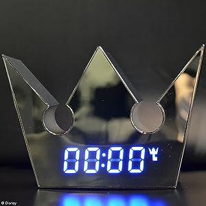 本体はシルバーの鏡面仕上げ。前面に時刻を青色LEDで表示します。 アラームON時にはオリジナルのアイコンも表示され、アラーム音は3曲を収録。