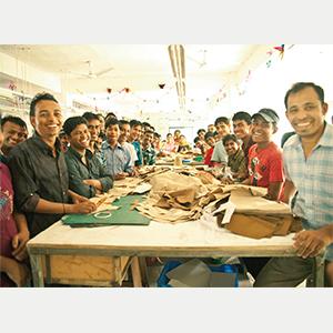 バングラデシュの自社工場のスタッフたち。約250 人が切磋琢磨しながら働いている。