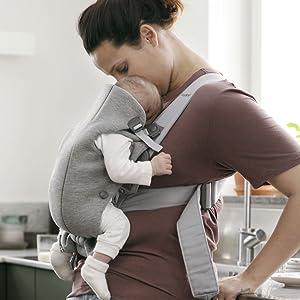 Les tissus ultra-doux font du Porte-bébé Mini un cocon douillet et agréable contre la peau de bébé.