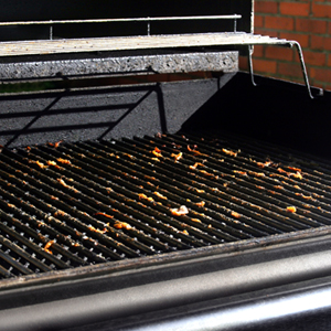 Easily Cleans Metal Grills and Porcelain Grates without Damage
