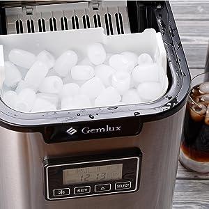 Eismacher auf Kühlschrank einhaken